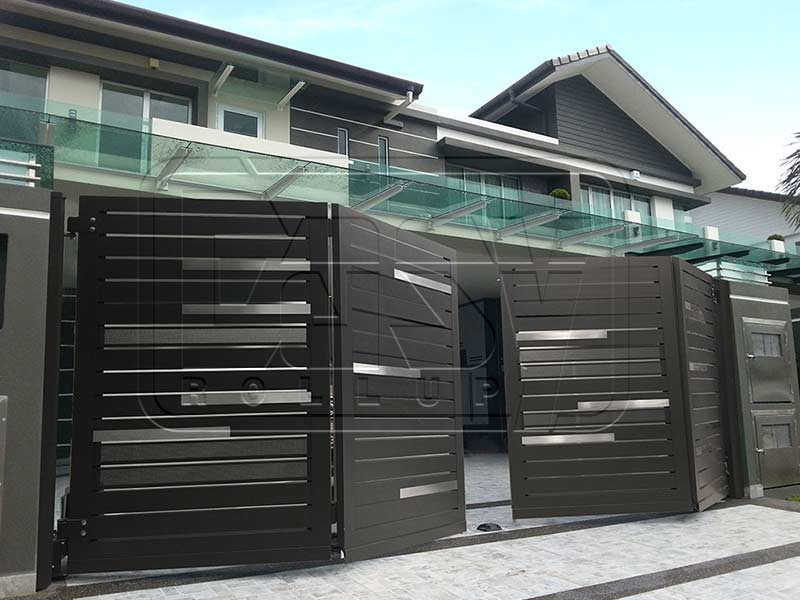 Folding garage door with 4 operable panels